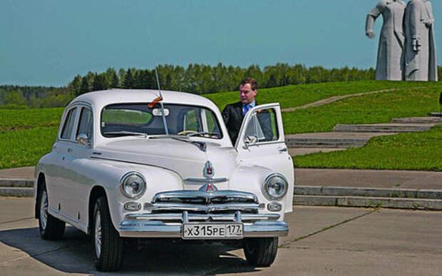 От Лады XRAY до Bentley Arnage R: личные гаражи Медведева и министров