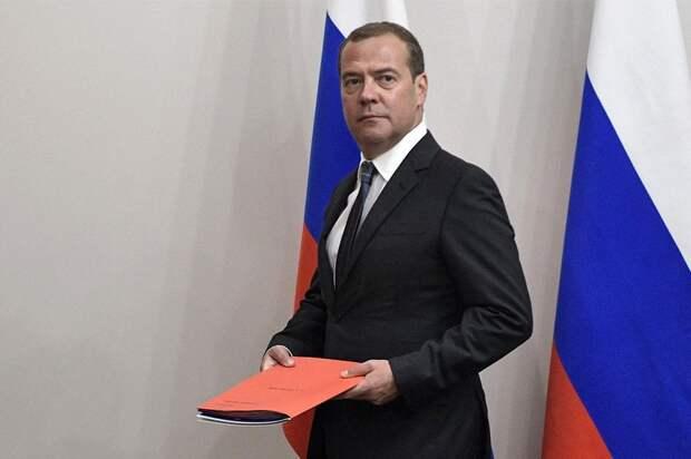 Медведев: Россия и США вернулись к холодной войне