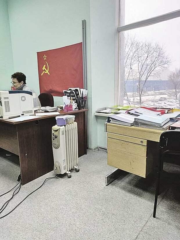 Паспортный стол Верховного Совета. С флагом СССР и пачками советских рублей. Фото: Юлия АЛЕХИНА