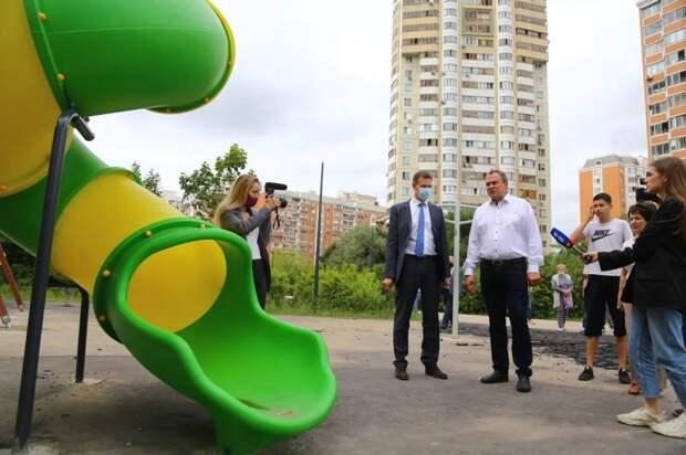 Петр Толстой проинспектировал обновленную пешеходную зону в Марьино