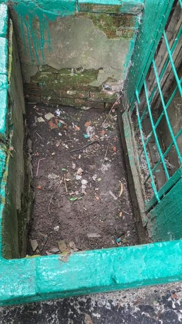 Приямки дома на Зеленоградской очистили от мусора