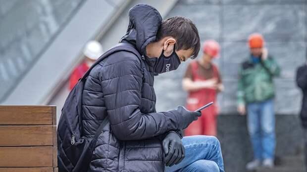 Ученые рассказали, сколько живет коронавирус на купюрах и экранах смартфонов