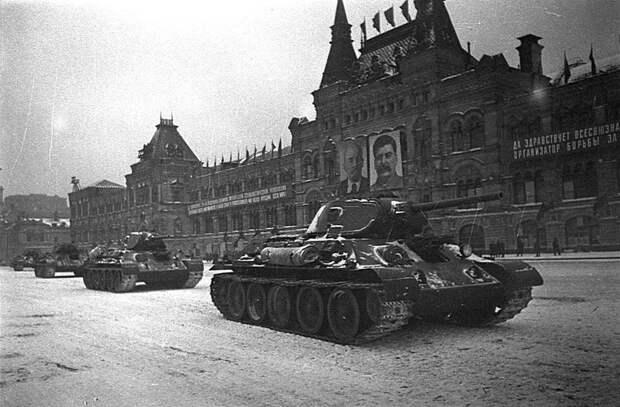 Парад на Красной площади 7 ноября 1941 года. Советские средние танки Т-34 Велика Отечественная война, История Родины, СССР