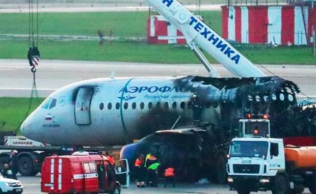 На фото: самолет Sukhoi Superjet-100 убирают со взлетно-посадочной полосы после ликвидации возгорания в аэропорту Шереметьево