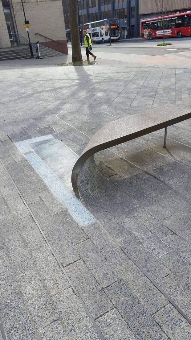 Скамейка из скрученной тротуарной плиты