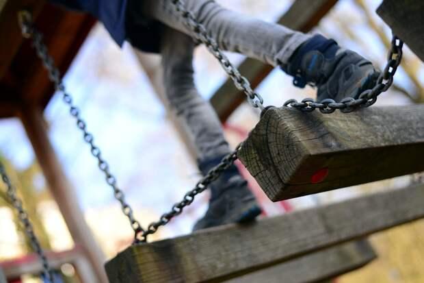 У игровых элементов детской площадки на Маресьева расшатались болты