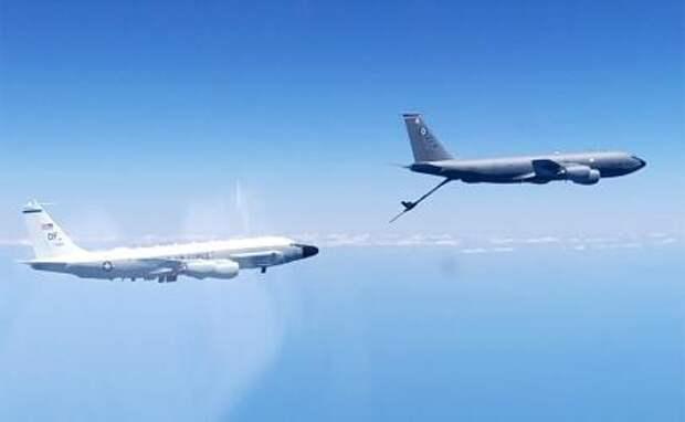 """На фото: разведывательный самолет RC-135 ВВС США и самолет-заправщик ВВС США KC-135 """"Стратотанкер"""" (слева направо)"""
