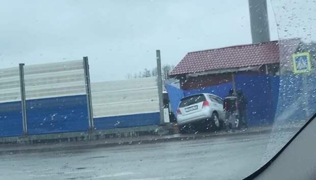 Кроссовер въехал в забор на Объездной дороге в Подольске