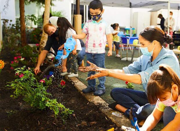 Меган Маркл и принц Гарри приняли участие в высадке цветов в детском центре Лос-Анджелеса