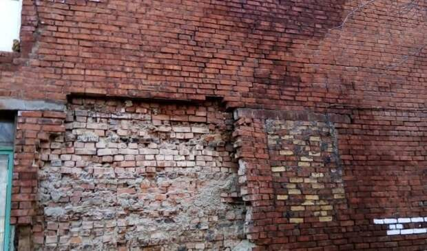 Загадочные обстоятельства. Названа причина обрушения стены в омском доме