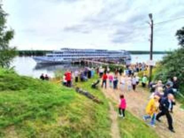Первый круизный теплоход зашел в Невскую Дубровку