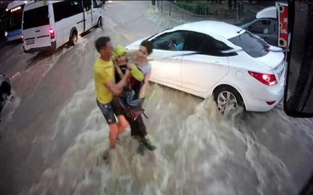 Мужчина и женщина: чудесное спасение ребенка, которого унесло потоком воды на дороге