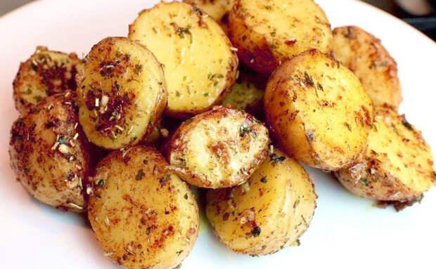 Картошка без жарки и духовки. Берем небольшие клубни и режем пополам