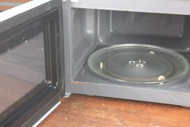 Научил жену, как можно почистить микроволновку от жира внутри и снаружи за 8 минут