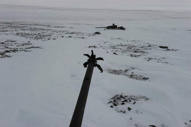 Военная техника около заброшенного аэродрома.