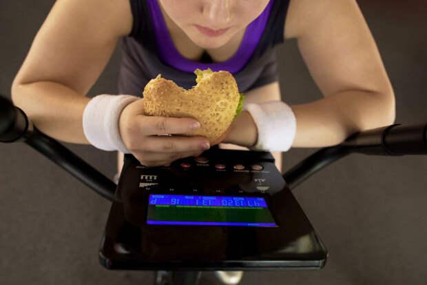 Названы восемь привычек, мешающих похудеть
