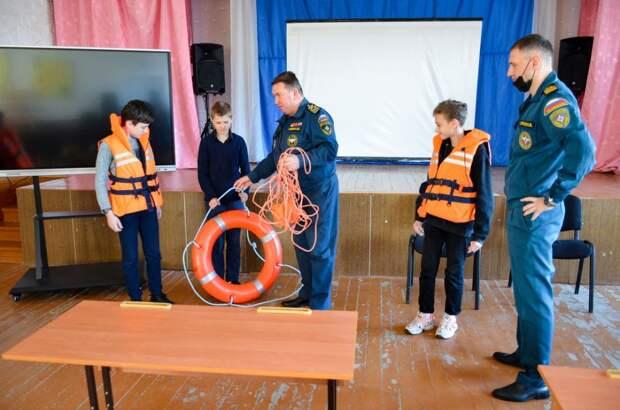Инспекторы ГИМС проводят уроки безопасности в школах Черноморского района