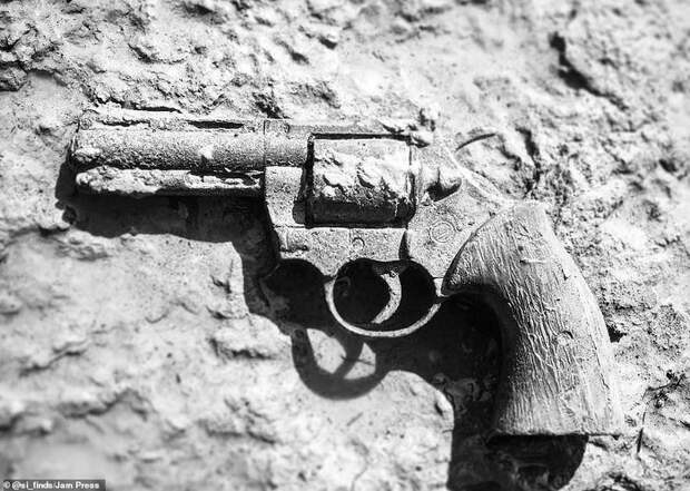 500-летние монеты, оружие и человеческие черепа: Мужчина показывает необычные предметы, которые он раскопал на береговой линии Темзы Находка, Темза, Длиннопост