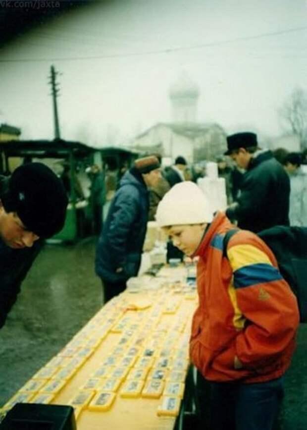Мальчик выбирает себе картридж с игрой для консоли Dendy, 1990–е годы, Россия