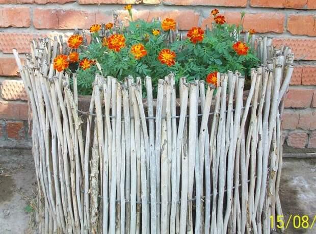 Красивые декоративные ограждения для клумб из подручных материалов