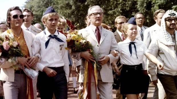 Немецкие пионеры рядом с Эриком Хоннекером и Ясиром Арафатом