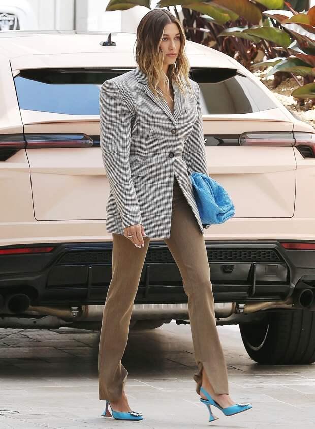 Сумка под цвет обуви: Хейли Бибер показала, как носить главный тренд середины 2000-х этой весной