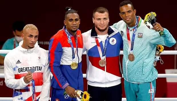 Боксер из Великобритании отказался надевать серебряную медаль - его поведение назвали позорным