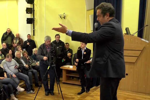 Платошкин является политиком новой формации, который ездит по регионам России и отвечает на вопросы граждан