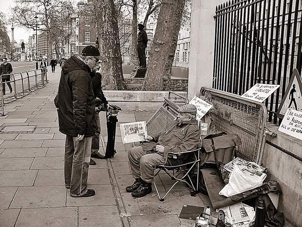 2004 год, центр Лондона. Бывший офицер КГБ, завербованный Британией, Виктор Макаров жалуется прохожим, что его новые, скажем так, работодатели не хотят больше содержать шпиона. Фото: ВАСИЛЬЕВ
