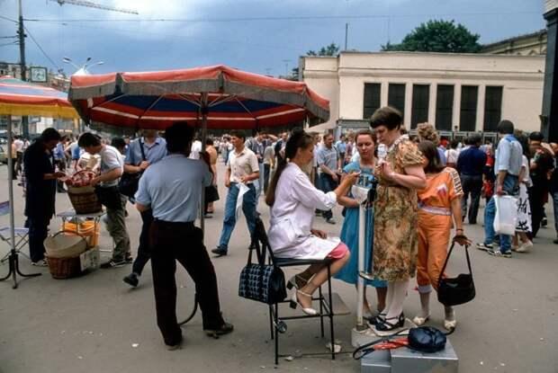 Взвешивание на улице в летнее время - одна из забав советского периода. СССР, Москва, 1988 год. Автор фотографии: Chris Niedenthal.