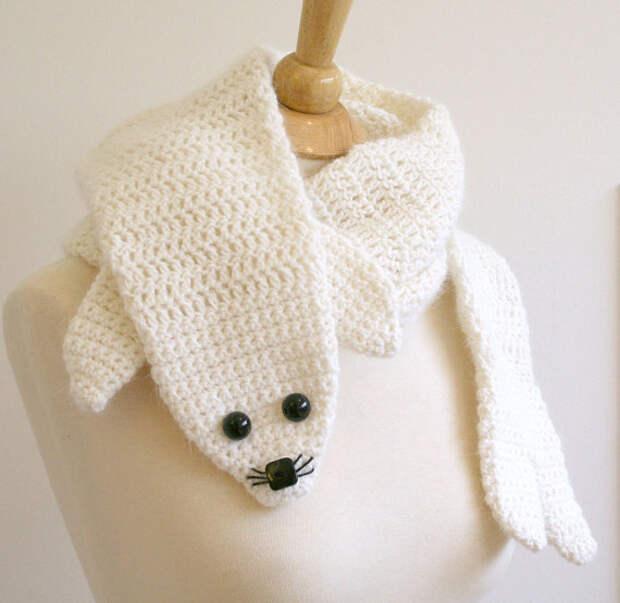 Вязаный белый шарф-тюлень. Фото