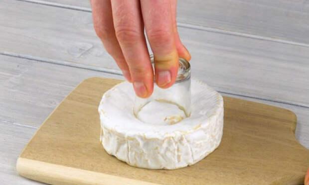 Втыкаем стакан в центр куска сыра