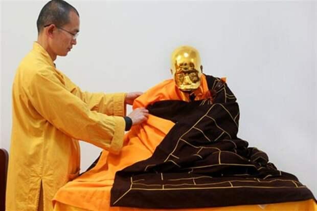 Это не вполне корректный пример сокусинбуцу: этот китайский монах добился нужного результата, но не при жизни - его 4 года специально выдерживали в закрытом глиняном сосуде уже после ухода