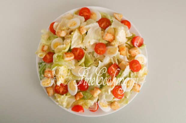 Не забываем посыпать наш вкусный салат Цезарь хрустящими сухариками