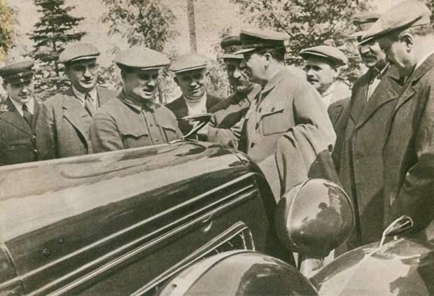 Сталин осматривает опытный ЗИС-101. Третий слева это Иван Лихачев, директор завода и человек пролоббировавший выпуск первого советского лимузина ЗИС-101, авто, зис, лимузин, олдтаймер, ретро авто, сталин