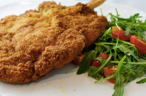 Панируем мясо в сухарях и жарим вместо котлет: 5 рецептов для всех видов мяса