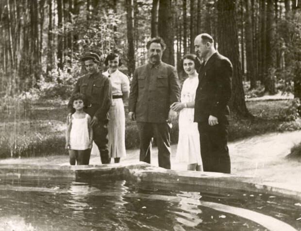 Ежов с родственниками на даче.