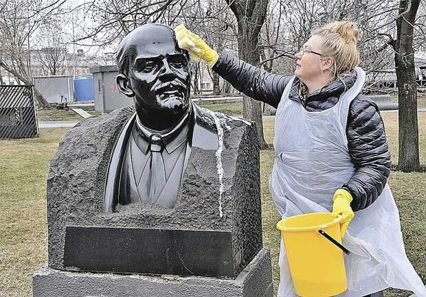 А что бы сказал Ленин о таких трагикомичных способах возрождения его детища - СССР? (На фото - субботник в парке «Музеон», где собраны многие памятники советских времен.) Фото: Владимир ВЕЛЕНГУРИН
