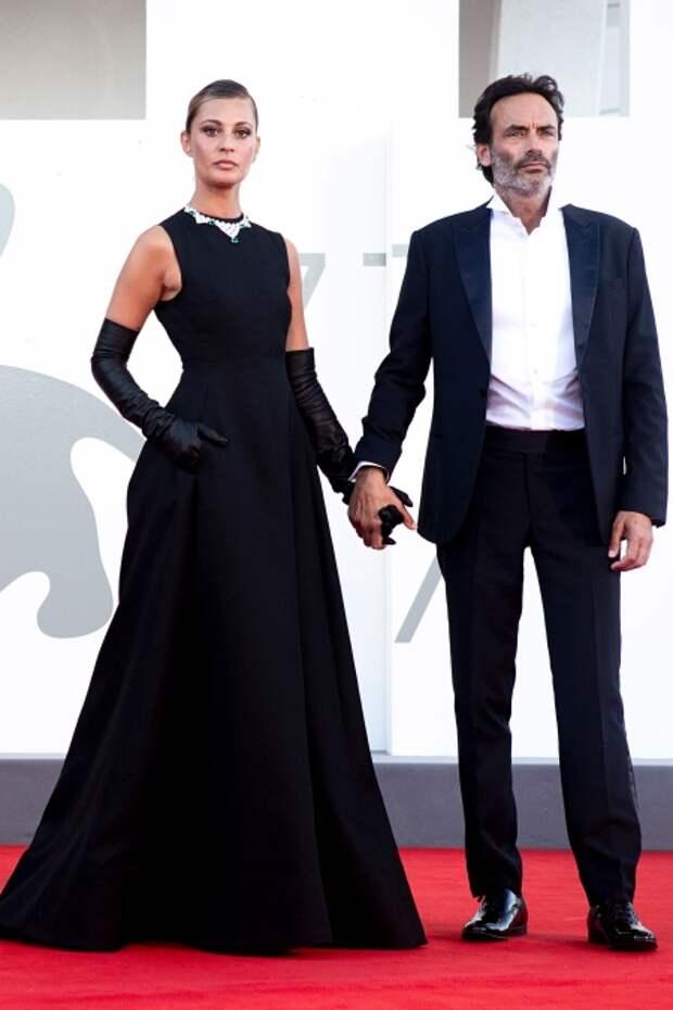 Свева Альвити (платье, Valentino) и сын Алена Делона Энтони