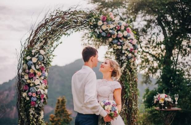 А еще арка из веток - модный свадебный тренд / Фото: sisterskirov.tilda.ws