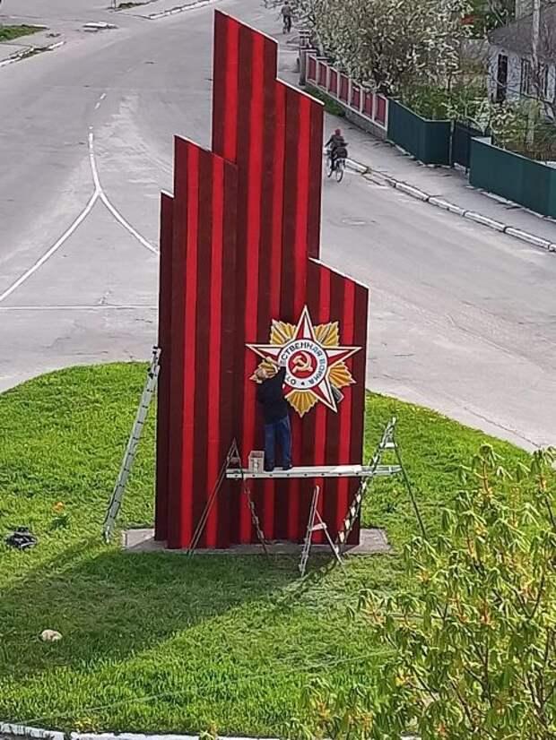 В поселке под Киевом обновляют мемориал с советской символикой