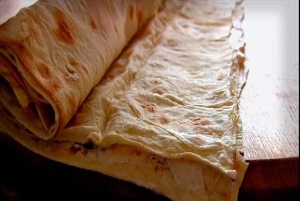 Рулетики из лаваша с курицей и плавленым сыром: готовятся быстро, съедаются еще быстрее