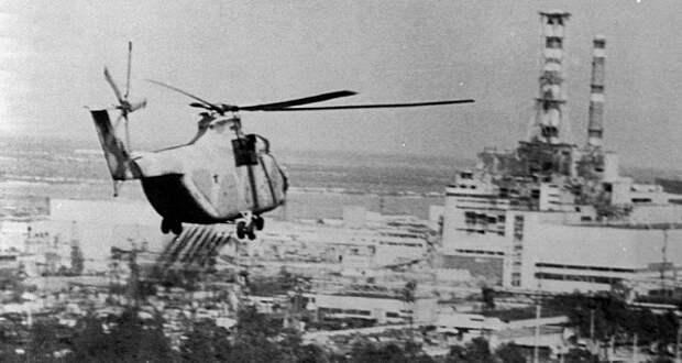 13 июня 1986г. вертолет распыляет дезактивирующее вещество над территорией вокруг Чернобыльской атомной электростанции. Reuters/Tass JAPAN OUT
