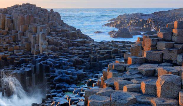 Дорога Гигантов Северная Ирландия Уникальная местность представляет собой более 40 000 базальтовых колонн. Они соединились между собой в результате извержения вулкана, а древние племена уже придумали легенду о том, что по этим столбам пойдут на Рагнарек тролли.