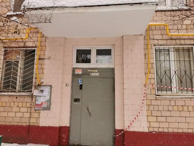 Неисправную входную дверь починили коммунальщики в доме на Академика Комарова