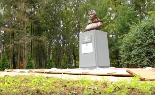 Испорченный вандалами памятник Татьяне Барамзиной отреставрировали и установили в Глазове