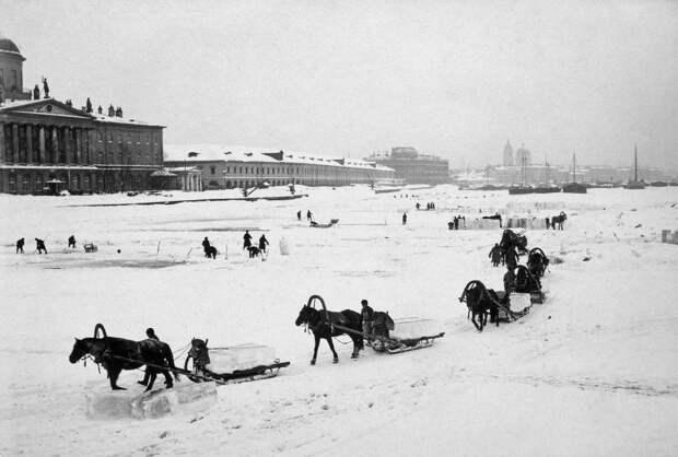 Петербуржцы заготавливают лед. <br>