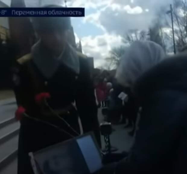 В Москве бабушка прорвалась к вечному огню, чтобы возложить цветы в память об отце