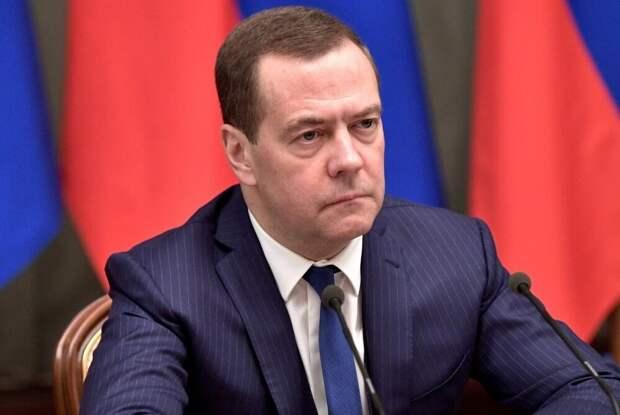 Медведев предложил поднять пособие по уходу за ребенком
