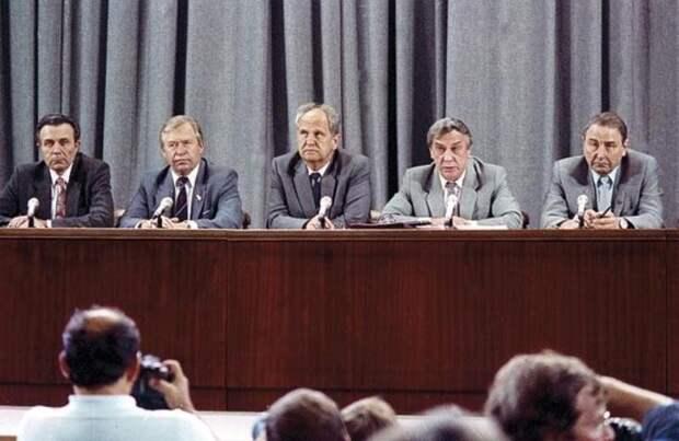 19 августа 1991 года. ГКЧП. Слева направо А. Тизяков, В. Стародубцев, Б. Пуго, Г. Янаев и О. Бакланов. Фотохроника ТАСС.jpg